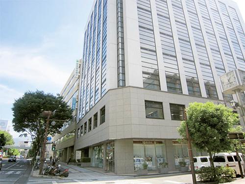 甲府市平和通り 東武穴水ビルの5階が本社です。